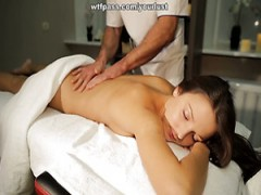 Geile masseur fickt seine sexy-client auf dem massage-Tisch