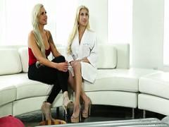 Nina Elle ist blonde babe, die abwechselnd massage in verdammt guter dreier