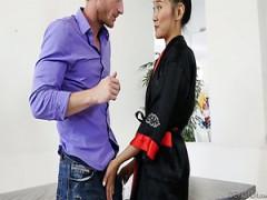 Asiatisches Babe Rina Ellis wird vom großen schwarzen Schwanz eines Kollegen zerstört