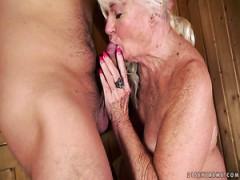 Mollige gebräunte blonden Reife Nymphomanin fickt mit Bolzen in der sauna