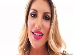 Feine und freche blonde Mädchen in rosa Dessous und schwarzen Strümpfen fickt auf POV porno-tape