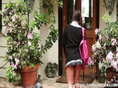 Niedlich Schlampen lockt schwarze Räuber zu helfen, Ihr tutor, die Polizei rufen