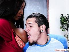 Collegeboy fickt seine Ebenholzlehrerin Diamond Jackson und Stiefmutter Ariella Ferrera
