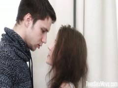 Freundin Nelya erlaubt Ihr Freund, Ihre Muschi zu füllen mit Sperma