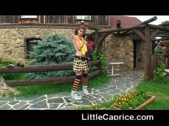 Russischen teen model zieht sich aus auf den Hinterhof und spreizt Ihre Beine