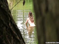Fabelhafte schlanke rothaarige teen Mädchen in den Wald am See schwimmen nackt