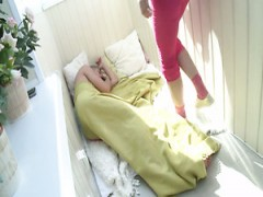 Diese russische teen versucht Doppel-vaginal-penetration mit Schwanz und sex-Spielzeug